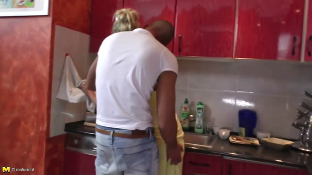 Cooking a creampie with mature mom on kitchen_720p